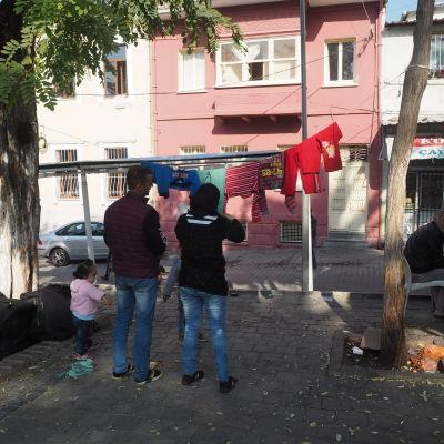 Syriska flyktingar lever på gatan i Izmir i Turkiet