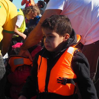 Skärrade flyktingbarn tar i land på Lesbos