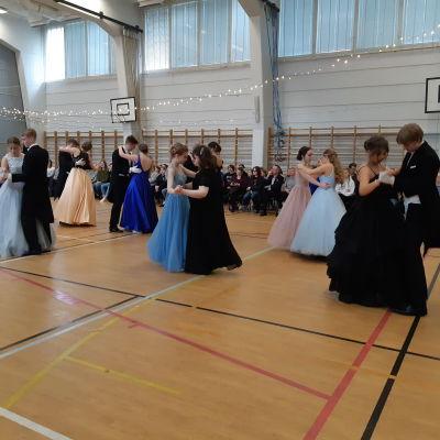 Tvåor i Virkby gymnasium är fint klädda på de gamlas dans.