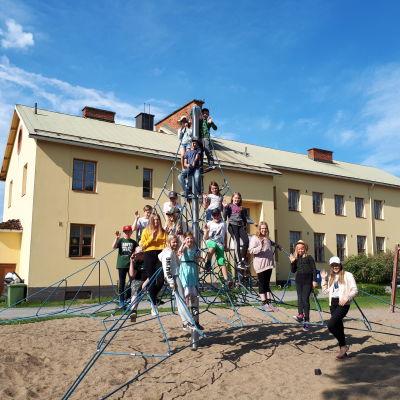 Elever i Småbönders skola i Kronoby.