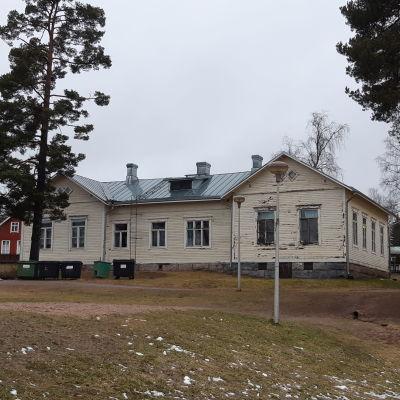 En byggnad från 1909 vid finska skolan i Karis.