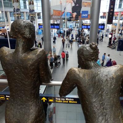 "Hanne Varmings bronsstatyer ""Ventende piger"" tittar ner på terminal 3, Kastrup Köpenhamn"