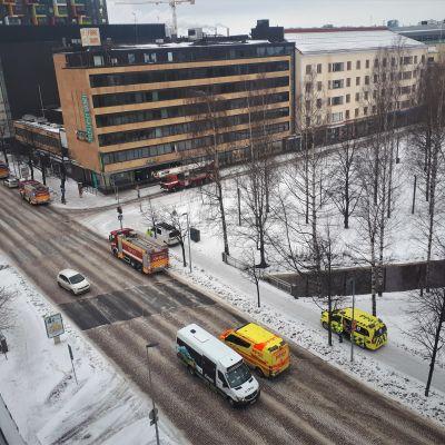 Oulun keskustassa poliisi- ja pelastusoperaatio.
