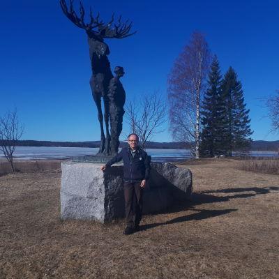 Matti-Jussi Pollari kirjailija Veikko Huovisen patsaan edessä.