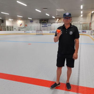 Peräpohjolan poropoikien valmentaja Jari Väänänen seisoo Ainiovaaran jäähallin uudella muovisella ballhockey pelialustalla.