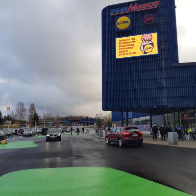 Autoja ostoskeskuksen parkkipaikalla