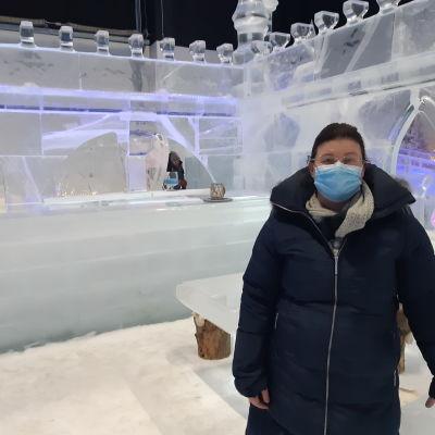 Kemin Matkailun toimitusjohtaja Susanna Koutonen Kemin ympärivuotisessa lumilinnassa.