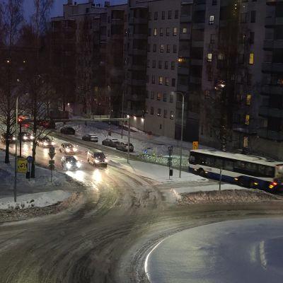 Pelikirkasta jäätä Tampereen Tesomalla vilkkaalla kadulla