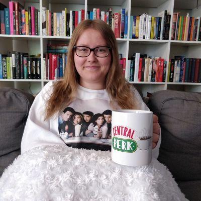 Vänner-fanet Linnéa Holmberg i Vänner-tröja och med en Central Perk-kopp i handen.