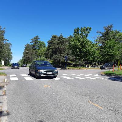 Flera bilar kör genom korsningen Raseborgsvägen-Flemingsgatan i Ekenäs.
