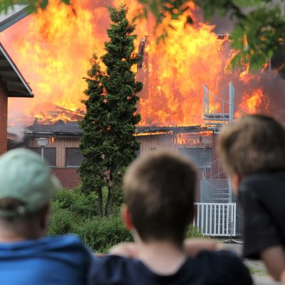 Nuoret pojat seuraavat Mikkelin Tuppuralan tulipaloa.