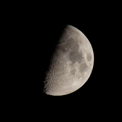 En måne.