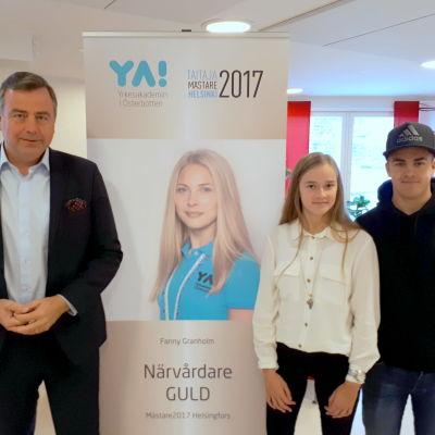 Kommundirektör Stefan Svenfors och studerandena Hannah Grankulla och Casper Lappfors.