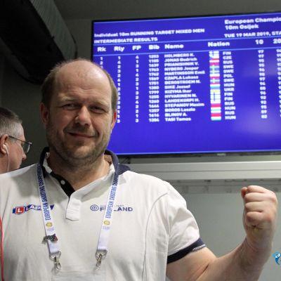 Krister Holmberg jublar framför resultattavlan
