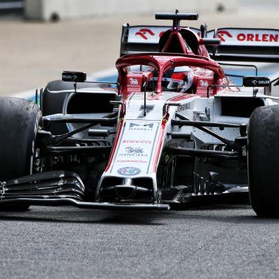 Kimi Räikkönen kör med trasig framvinge.