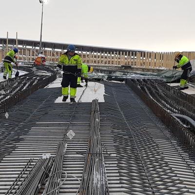 Arbetare på järnvägsbron i Karis. De jobbar med armeringsarbeten.