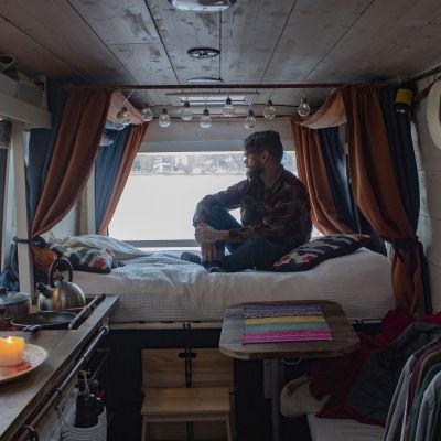 Jaakko Miettunen har flyttat in i en paketbil