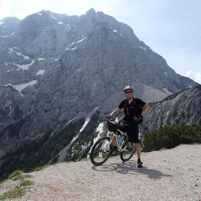 Kaj Arnö cyklar igenom Slovenien. Bergslandskap i bakgrunden.
