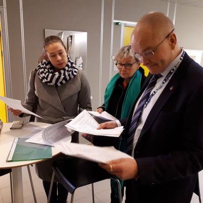 Liisa Koivisto ja Birgit Niva luovuttavat vetoomuksen Tornion kaupunginjohtaja Timo Nousiaiselle.