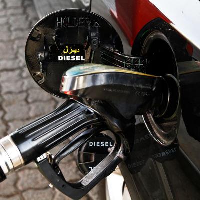 En tankningspistol i en bil. På tankluckan står det tydligt Diesel.