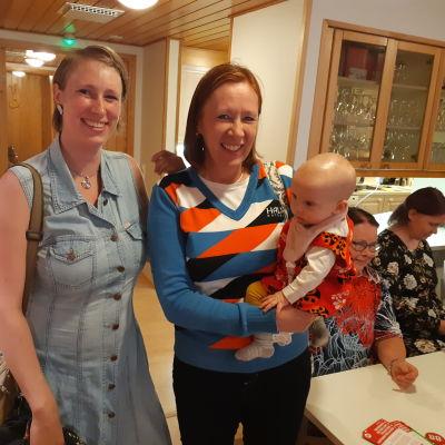 Katri Paatero, Sirpa Paatero ja Katri Paateron 7 kuukauden ikäinen tytär Elli Paatero SDP:n vaalivalvojaisissa Kotkan Konserttitalolla.