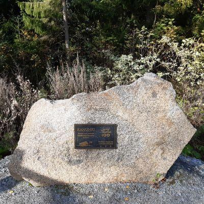 Kivi, jossa on muistolaatta.