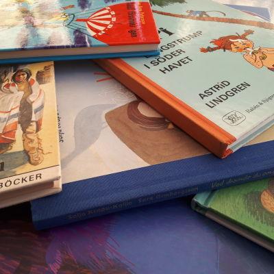 En hög med barnböcker.