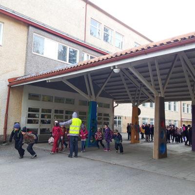 Koululaisia Könönpellon koulun pihalla