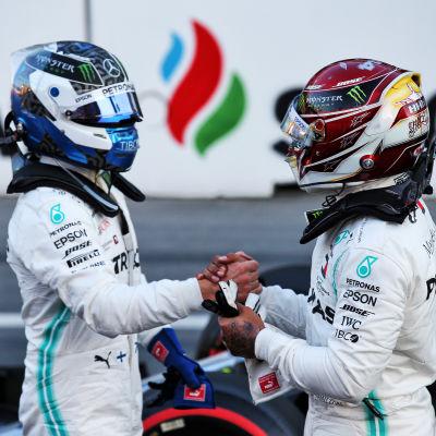 Valtteri Bottas skakar hand med Lewis Hamilton efter ett F1-lopp.