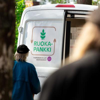Ruokapankin jakeluauto, ruokaa jaetaan ihmisille