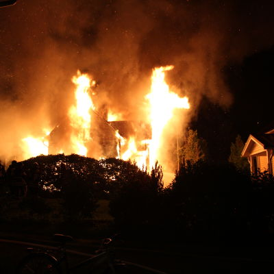 Ett hus brinner.
