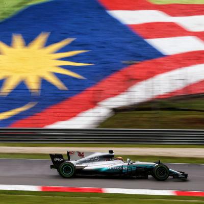 Lewis Hamilton framför Malaysias flagga.