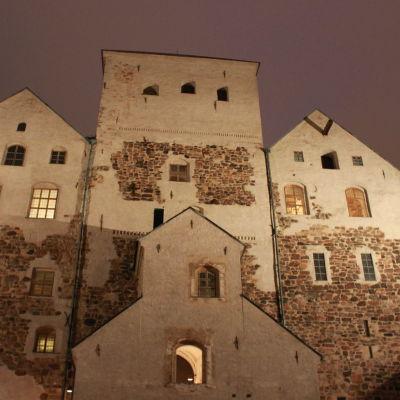 Åbo slott i kvällsbelysning.