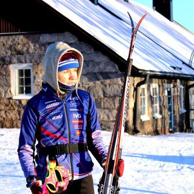 Rebecca Ehrnrootj står med skidorna i handen.
