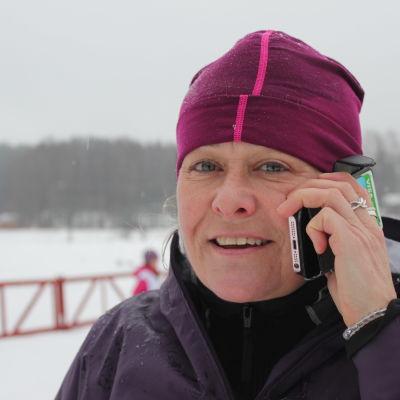 Kvinna talar i en mobiltelefon
