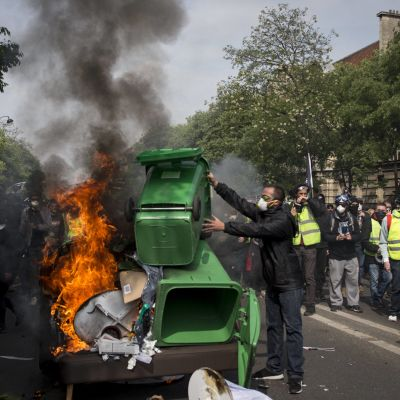 En del demonstranter byggde barrikader och stack saker i brand under förstamajtåget i Paris 2019.