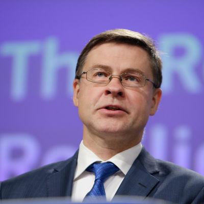 Valdis Dombrovskis i kostym.