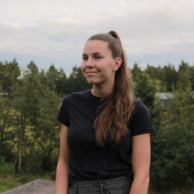 Heidi Ahola seisoo kuvassa.