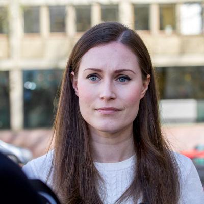 Statsminister Sanna Marin (SDP) i närbild på Ständerhusets trappor i Helsingfors.