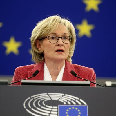 Mairead McGuinness leder ordet i EU-parlamentet. Hon är en kvinna i medelådern med ljust hår.