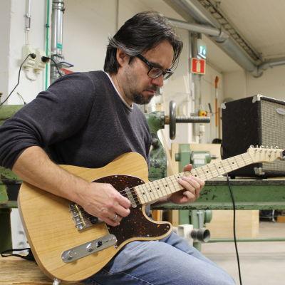 Kuusankoskelainen Anthony Brantberg soittaa itse tekemäänsä sähkökitaraa.