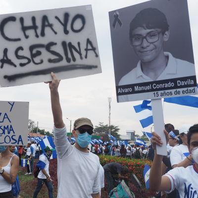 Protesterande ungdomar