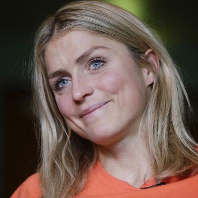 Therese Johaug under en presskonferens i oktober.