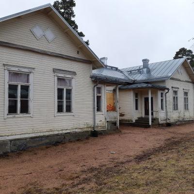 Framsidan på C-huset i Karis, fullt med klotter på väggarna.