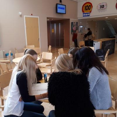 Tonårsflickor i Jakobstads Gymnasium