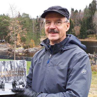 Antti Rasilo esittelee kirjaansa.