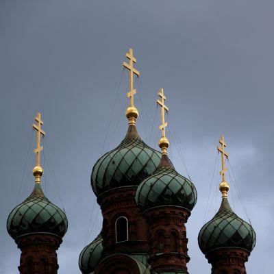 Kupoler och kors på ortodox kyrka.