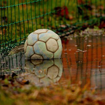 Fotboll i vattenpöl