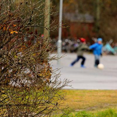 Skolbarn spelar fotboll