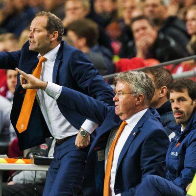 Danny Blind (vasen) ja Guus Hiddink (oikealla) Hollannin EM-karsintaottelussa Latviaa vastaan.